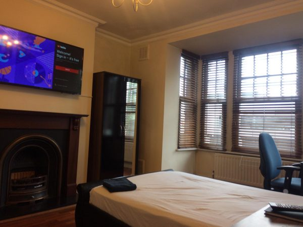 Large Double Room in a Clean Flat close to Chiswick Business Park-slide-1