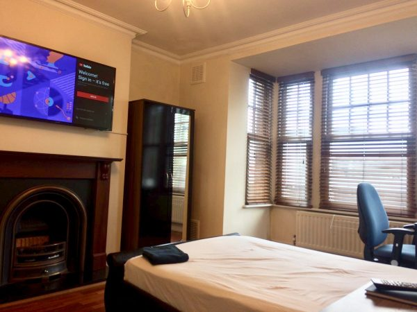 Large Double Room in a Clean Flat close to Chiswick Business Park-slide-2
